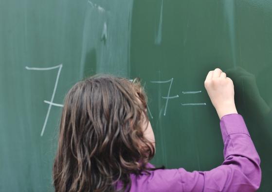 Bijles en Remedial Teaching rekenen voor kinderen uit groep 3, 4, 5, 6, 7 en 8.  Juf Caatje helpt als het leren rekenen moeizaam verloopt en er sprake is van een achterstand. Of als je kind moeite heeft met één/enkele onderdelen van rekenen, zoals breuken, tafels of verhaaltjes sommen.  Je kind leert beter rekenen door hulp op maat. In het geval van (vermoedde) dyscalculie is intensieve begeleiding mogelijk.
