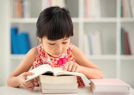 Bijles en Remedial Teaching lezen voor kinderen uit groep 3, 4, 5, 6, 7 en 8.  Juf Caatje helpt als het leren lezen moeizaam verloopt en er sprake is van een achterstand. Als je kind moeite heeft met het leren van de letters. Of de letters wel kent, maar spellend of langzaam leest. Als je kind veel fouten maakt, of misschien zelfs langzaam leest en veel fouten maakt.  Je kind leert beter leren lezen door hulp op maat. In het geval van (vermoedde) dyslexie is intensieve begeleiding mogelijk.