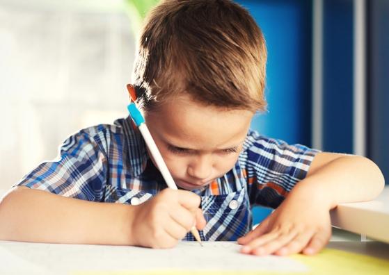 Bijles en Remedial Teaching spelling voor kinderen uit groep 3, 4, 5, 6, 7 en 8.  Juf Caatje helpt als het leren spellen moeizaam verloopt en er sprake is van een achterstand. Als je kind moeite heeft met het omzetten van klanken in letters. Als je kind moeite heeft om te onthouden welke woorden je met 'ei' schrijft en welke met 'ij'. Of moeite heeft met het verschil tussen bakken en baken. Als het verschil tussen laden en laadden en word en wordt moeilijk blijft.  Je kind leert beter spellen met hulp op maat. In het geval van (vermoedde) dyslexie is intensieve begeleiding mogelijk.